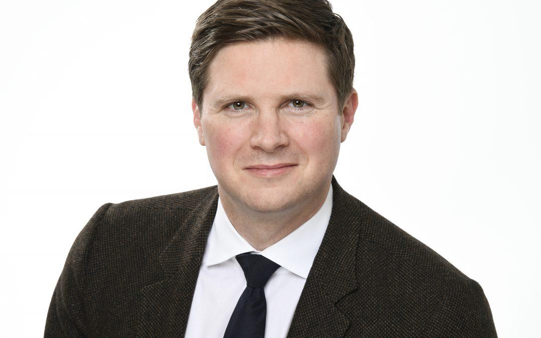 Dr. Florian Toncar auf dem Leonberger Wochenmarkt FDP-Infostand